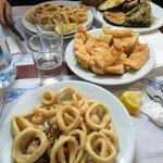 Calamari, contorno e pane con pomodoro