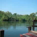 Uitzicht vanaf de vlonder aan de River Kwai