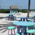 la plage de jour avec les tables colorées