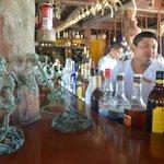 Esqueleto de barracuda e caveirinhas por todo o bar