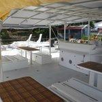 Tables et sièges à bord du TIP TOP TWO et vue à 360° sur la mer
