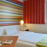 B&B Hotel Frankfurt-Niederrad - Zimmer mit französischem Bett