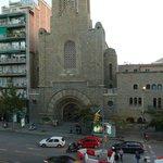 вид из окна номера на католическую церковь