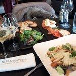foie gras, saumon gravlax, salade césar. Le tout agrémenté de ruinart blanc de blanc. Un bon sou