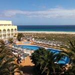 Vista dalla camera su piscina e spiaggia