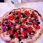 Una pizza caprese senza mozzarella...eccezionale!!