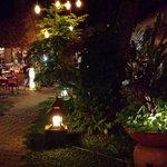 Aftenbelysning ved aftensmad i den udendørs restaurant