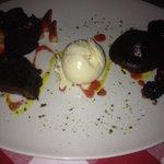 heißes Schokoküchlein mit frischen Früchten als Dessert