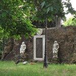 """Porta Mágica com os dois """"guardas"""". É uma das atrações da praça desde o século XVI."""