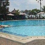 Ruime zwembad en zeer geschik voor kinderen
