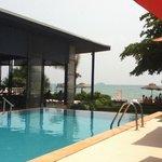 Zwembad met zeezicht nabij restaurant