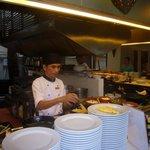Denne kjekke mannen laget omelett raskt til frokost!