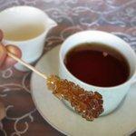 アフタヌーンティーの砂糖。これを飲み物にしばらく浸して、溶かしていただく