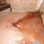 Patio cerrado dentro de la habitación adonde desagotaban varios aires acondicionados