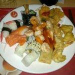 Gran buffet di sushi e cibo cinese