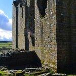 Burgbrunnen und alter Eingang zum Keep
