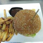 plat principal hamberger maison avec produit grais et une sauce superbe