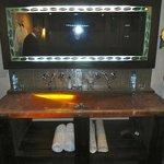 particolare lavabo e specchio con decoro di chicchi di caffè!