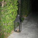 romantischer Kerzenschein auf dem Weg zu Villa