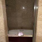la salle de bain : douche et bain à remous