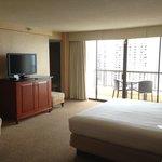 室内は広々としていて中央にキングサイズのベッドがあります。