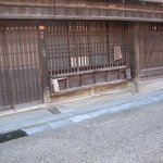 店前に取り付けられた商品展示・腰掛けよう用の折りたたみ式棚
