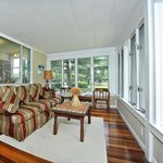 Bay Cottage Porch Room by the water seeing boats while enjoying your coffee in the am and wine i
