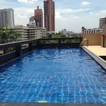 Pool auf dem Dach über Bangkok.