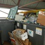 """local poubelle """"tri-sélectif"""" débordant...pas de passage des éboueurs pendant le séjour ! 02/201"""