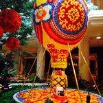 Воздушный шар из цветов. Высота 6 метров!