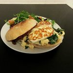 Toasted muffin with scrambled egg, spinach & grilled haloumi