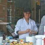 cake decorating / friendly lady view from the street