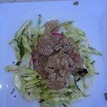 tartare di pesce con tartufo e puntarelle