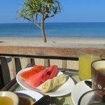 Frühstück auf der Bungalowterrasse (Beach Front Sea View)