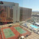 Vue de la chambre sur tennis et ville