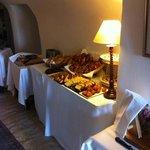 une partie du buffet du pdj avec cakes et madeleines maison excellentes