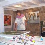 Le peintre Francis CHAPUS dans son atelier