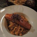 Exzellentes Lachs-Filet an Hummer-Nudeln