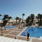 Blick über den Pool zum Strand