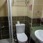 La salle de bain trés propre et fonctionnelle mais trop petite wc non séparé !