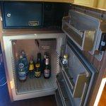 Particolare mini-frigo e cassaforte