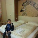 Zufriedener kleiner Mann - das Zimmer gefällt ihm