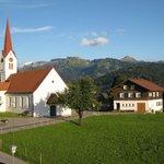 Ausblick auf Kirche und Berge