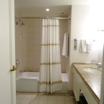 la belle et grande salle de bain
