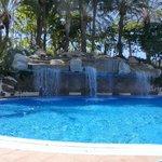 Ruisende waterval bij het subtropisch zwembad