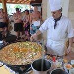 Een kookles (het maken van Paella) in de buitenlucht voor de gasten