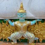 Вот такие фигуры украшают постамент Будды
