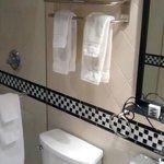 Banheiro grande, com brindes L'occitane e toalhas boas