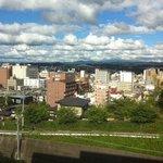 豊田スタジアムが窓から見える。豊田市美術館設計者の谷口吉生と豊田スタジアム設計者の黒川紀章は、どちらも丹下健三の門下生