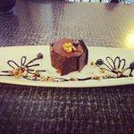 Postre pastel de chocolate con queso azul y moras!